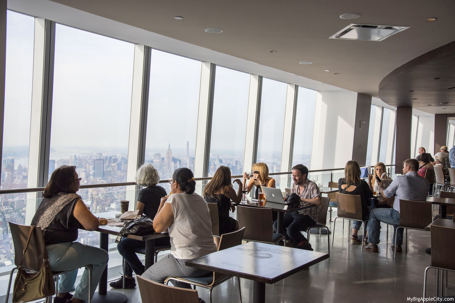 Visiter le one world observatory new yorkmybigapplecity for Interieur world trade center