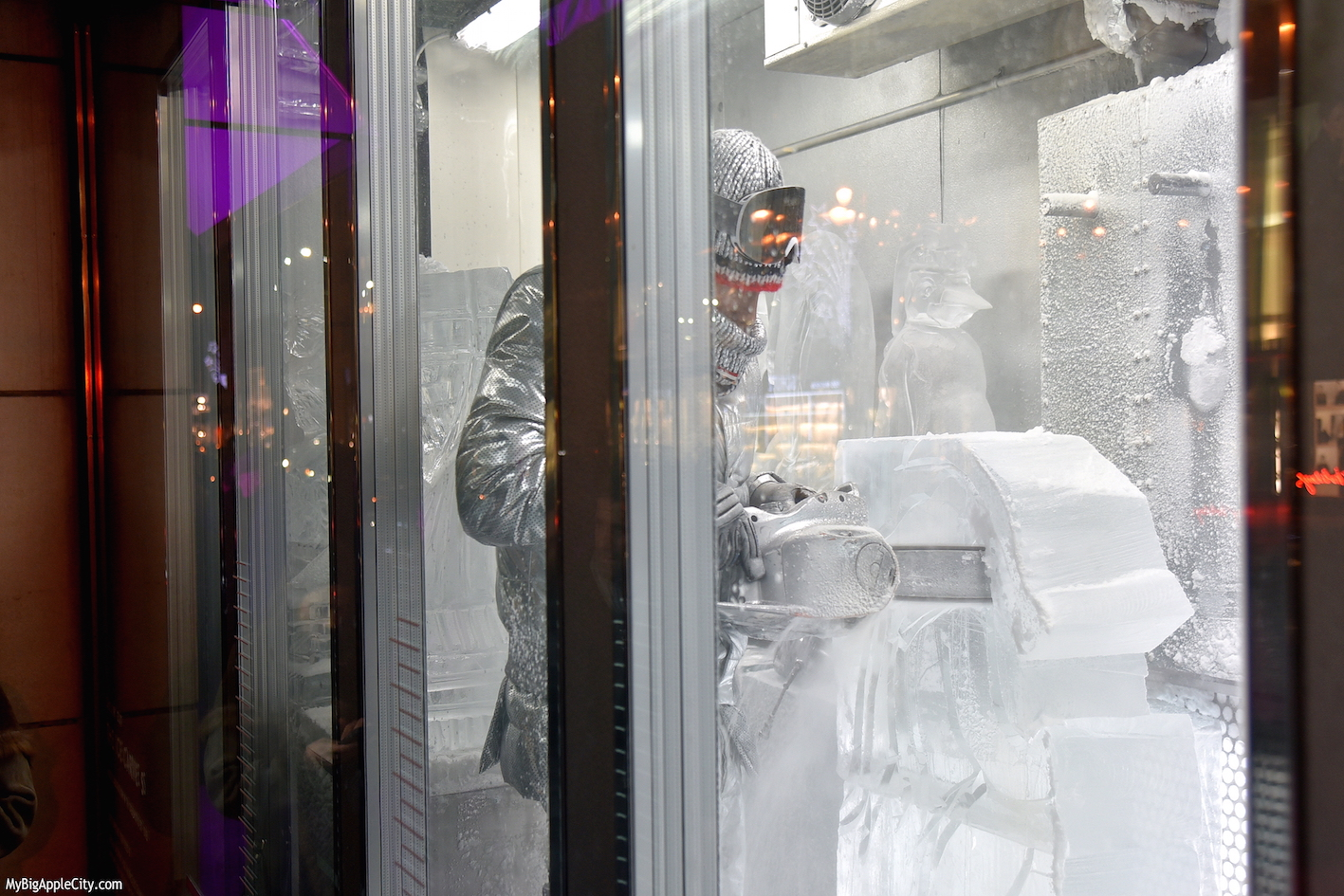 Ice-sculptor-Barneys-Holiday-windows-new-york-travelblogger-mybigapplecity